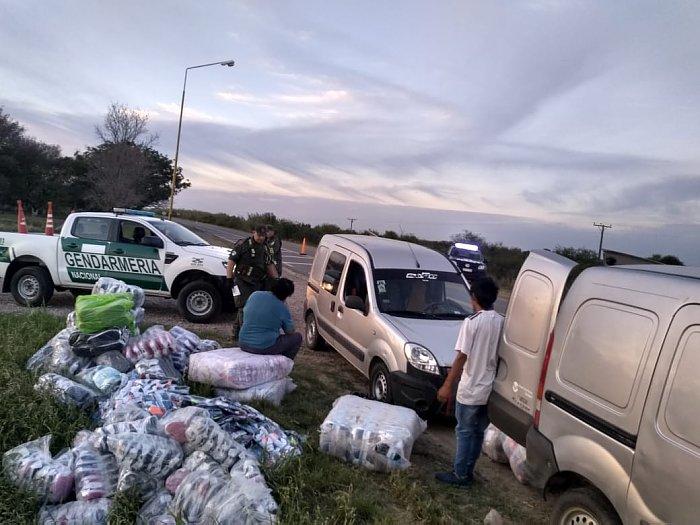 Decomisaron dos camionetas con ropa de contrabando